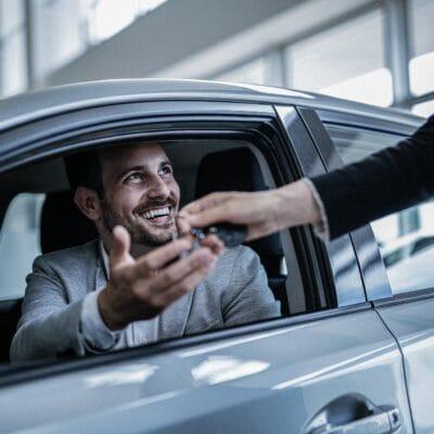 Mann beim Neuwagen-Kauf